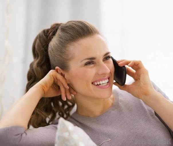 mulher sorriso celular telefone