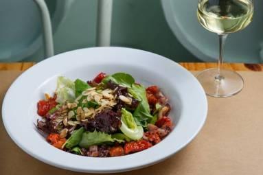 Salada do Mar (Folhas, tomate seco e lulas grelhadas)