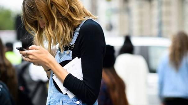 tech_neck mulher checando celular