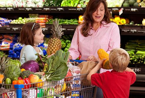 crianças e mae no supermercado The Yummy Mummy Club