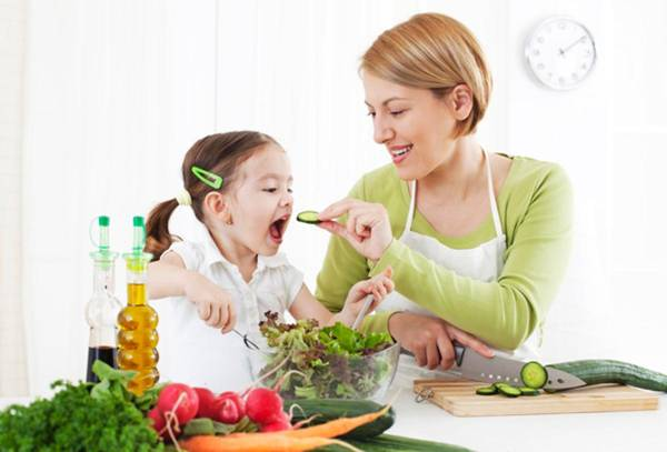 Mengonsumsi-Sayuran criança comendo mae