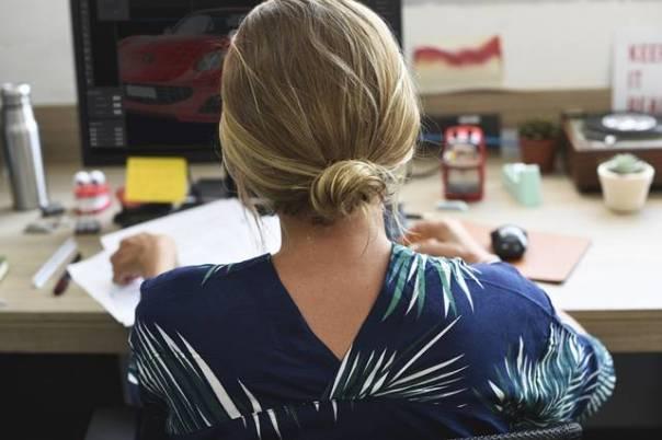 mulher trabalhando mesa