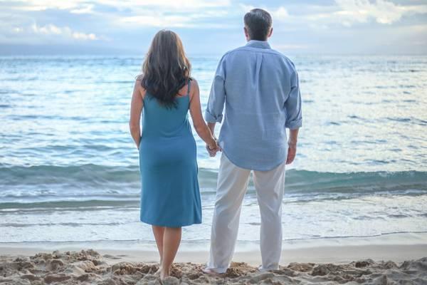 casal meia idade praia pixabay