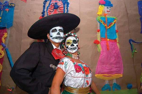 Casal mexicano comemorando o Dia de los Muertos Elizabeth Ruiz Britannica