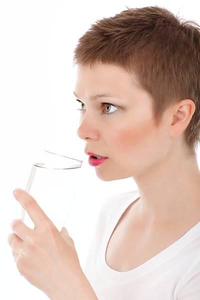 mulher bebendo agua pixabay