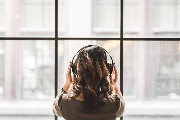 mulher ouvindo musica fone de ouvido stocksnap pixabay