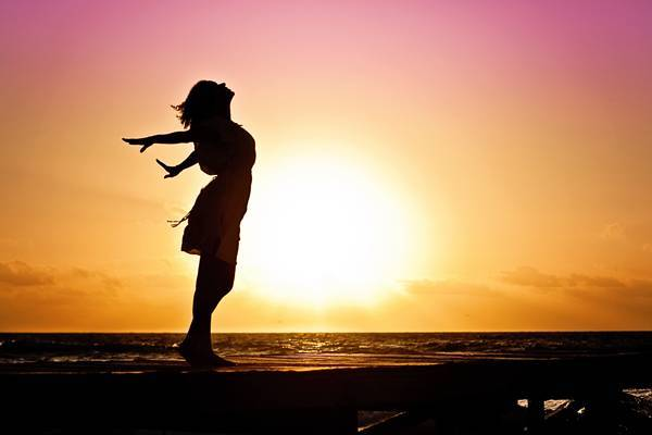 mulher praia felicidade