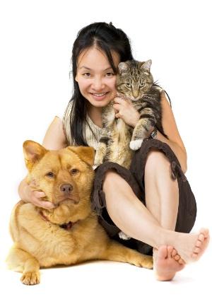 cao-gato-mulher-amante-de-animais-1346683619346_300x420