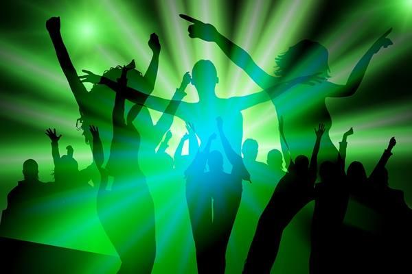 dançando festa amigos disco geralt pixabay