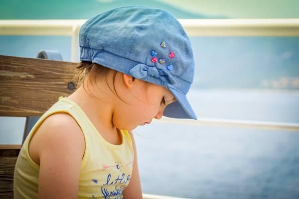 menina criança praia boné píxabay