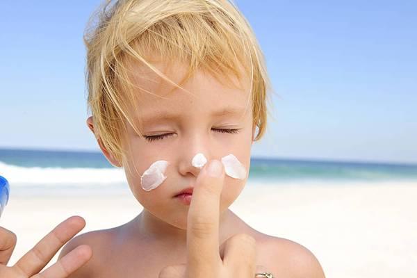 menino criança praia protetor solar inspiredmagazine