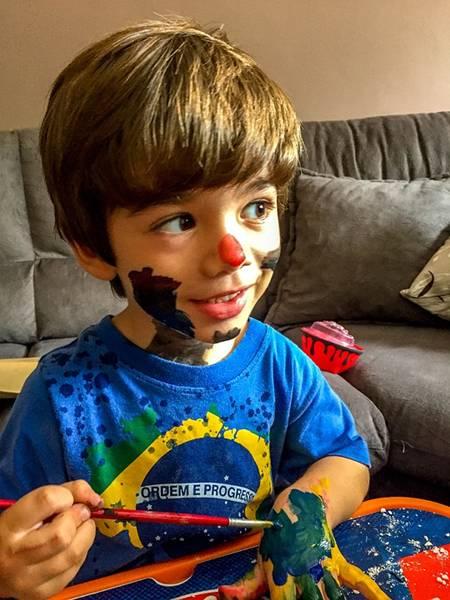 menino tinta brincando rrsilvestre pixabay
