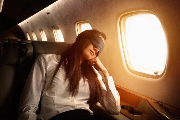 mulher avião jet lag