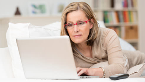 mulher computador lendo