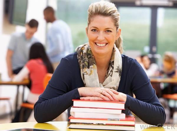 mulher estudando wiseGEEK