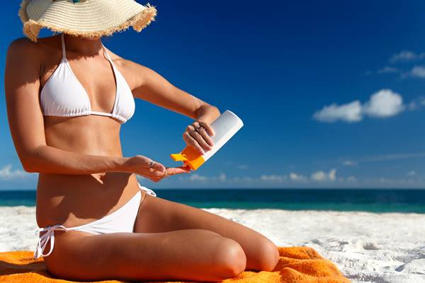 mulher protetor solar praia