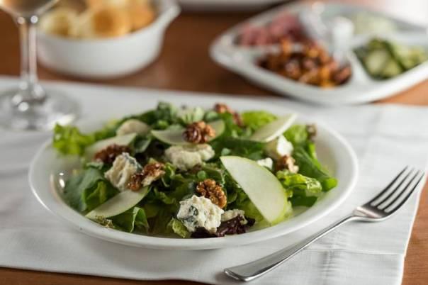 Salada mista com nozes, gorgonzola e maçã verde
