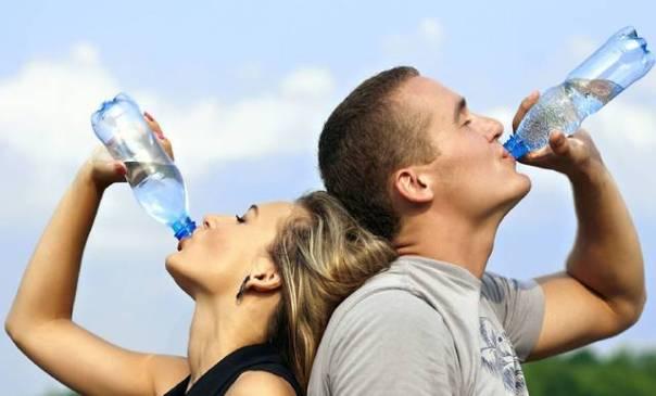 Água bebendo casal