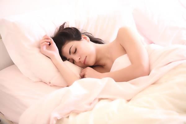 mulher domindo cama sono c_scott pixabay