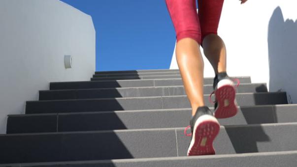 mulher subindo escada shuttestock