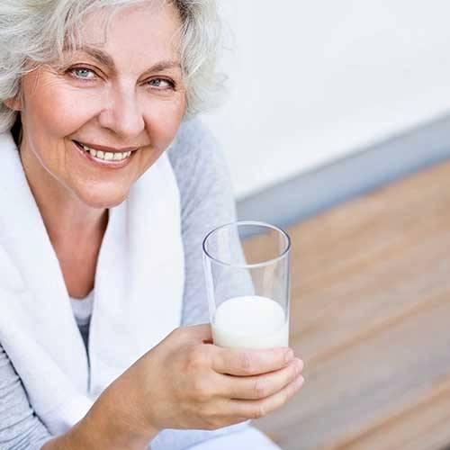 mulher tomando leite