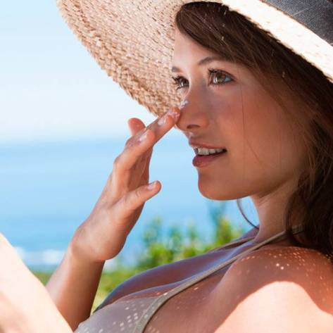 protetor solar mulher praia