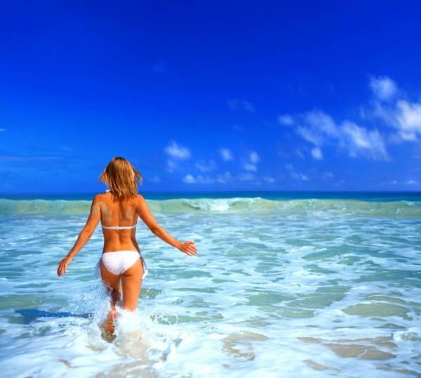 shutterstock mulher praia mar sol proteção solar