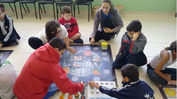 alunos brincam
