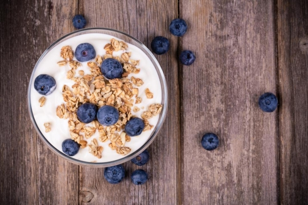 blueberry-and-muesli-cereal-topping-bowl-of-yoghurt