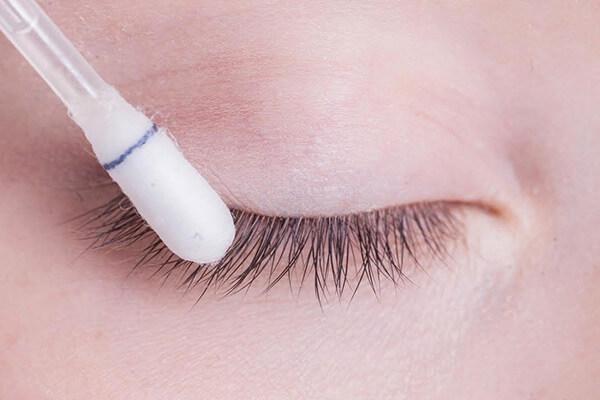 limpeza cílios cotonete