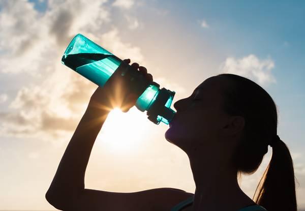 mulher bebendo agua2