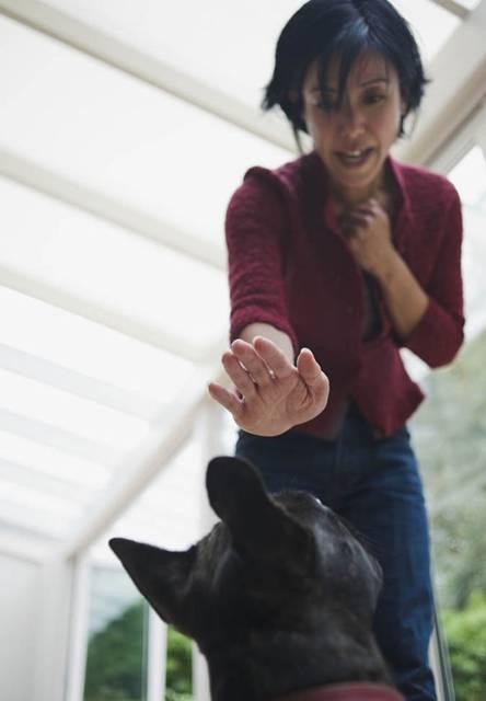 mulher com medo de cachorro getty images