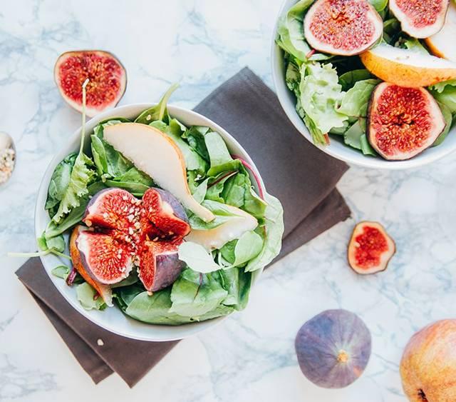 salada com figo e folhas verdes