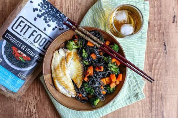 6- Espaguete de feijão preto com pedaços de abóbora e brócolis assados acompanhado de filet de pescado (2)