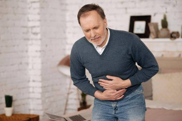 homem dor estomago barriga