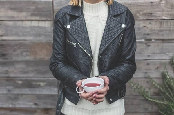 mulher tomando chá frio inverno