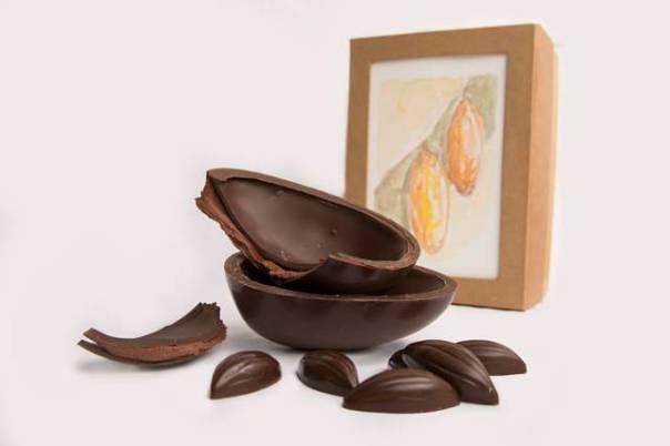 Ovo de chocolate amargo recheado com ganache de polpa de cacau