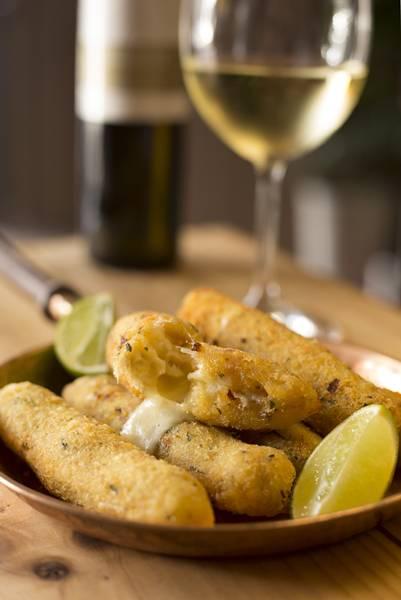bolinho de bacalhau e vinho