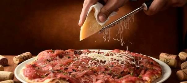 Timo Cucina oferece taça de vinho para acompanhar a pizza aos ...