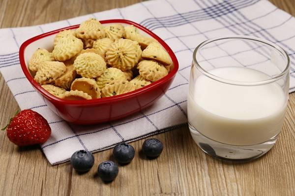 leite biscoito mertilo morango.jpg