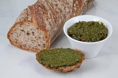 Pão artesanal e molho pesto banco de imagem
