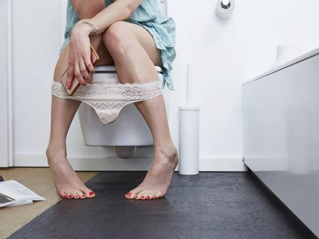 mulher banheiro celular