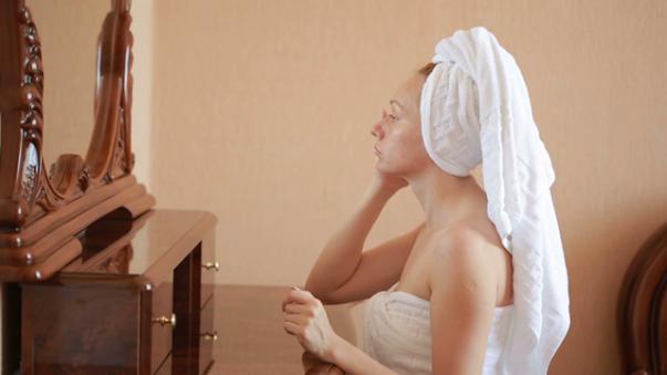 mulher espelho banho thumbnail-full01.png
