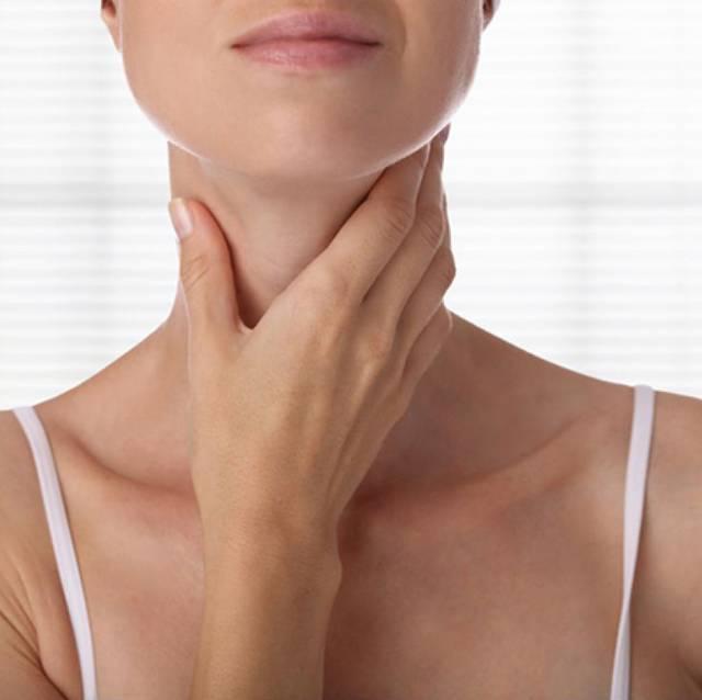 mulher garganta pescoço tireoide