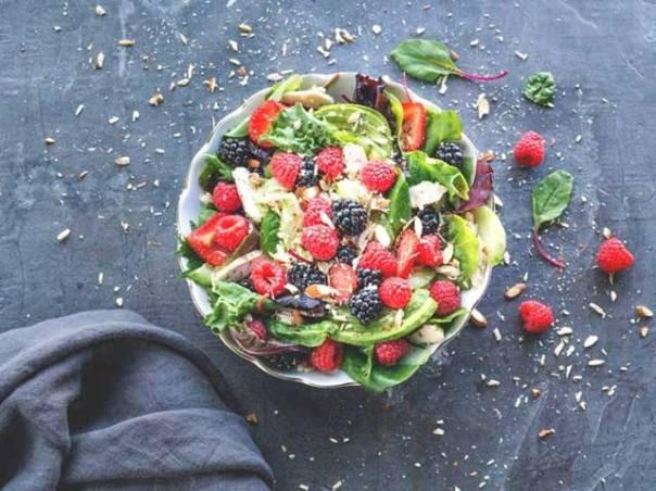 salada frutas vermelhas e amendoa