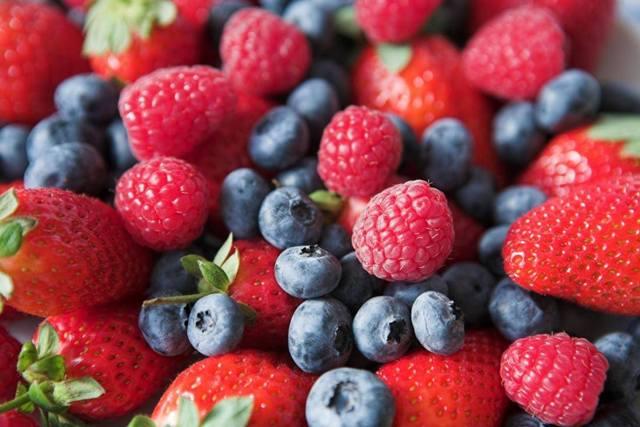 blueberries-raspberries-strawberries e pixabay