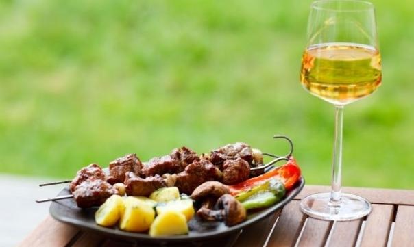 churrasco e vinho branco uvinum