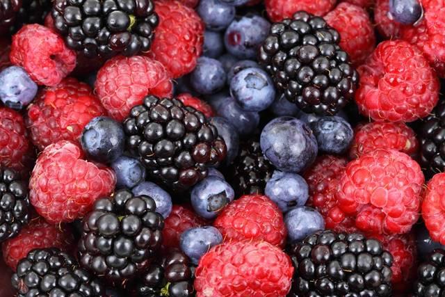frutas vermelhas e roxas pixabay
