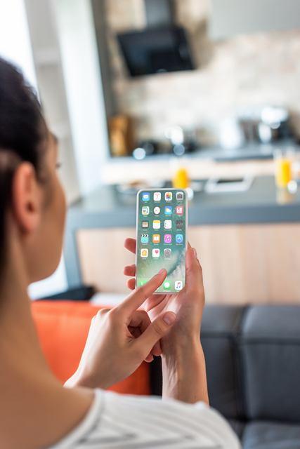Mulher celular smartphone Depositphotos 33