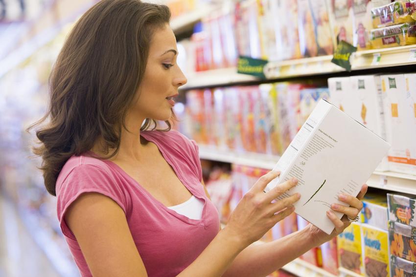 mulher checando embalagem rotulo